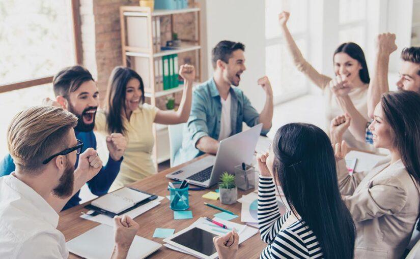 Ekipa praznuje poslovno zmago z optimizacijo spletne strani