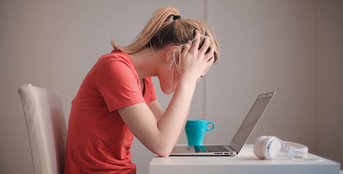 Worried-woman-in-front-of-a-computer