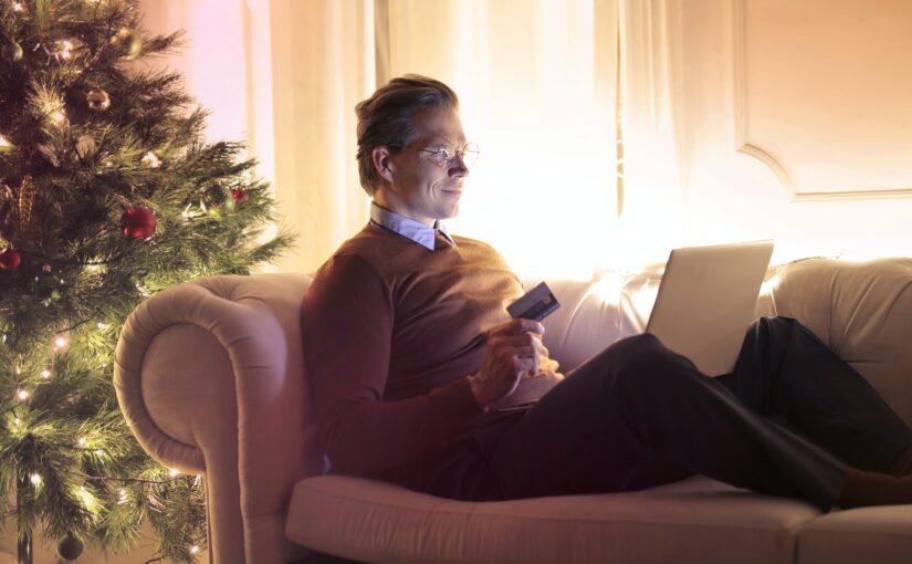 moški opravlja božične nakupe